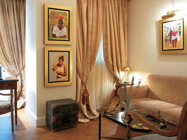 Deluxe Guestroom Living Room