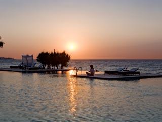 SunPrime Miramare Beach: Sunset at the pool