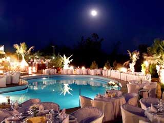 Philippion Hotel: Swimming Pool at night