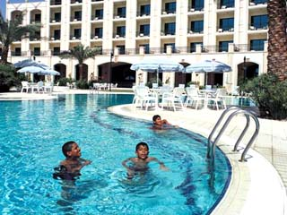 Al Ain Rotana Hotel: Swimming Pool