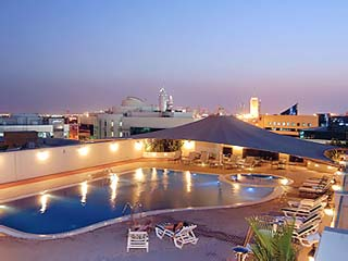 Moevenpick Hotel Bur Dubai: Swimming Pool at night
