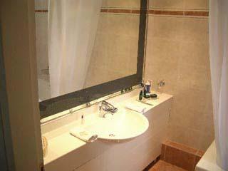 Theoxenia House: Bathroom