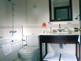 Daphne Hotel: Bathroom