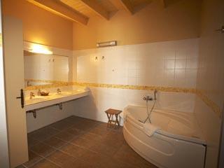 Domaine Helios Suites by Semeli: Orange Suite Bathroom