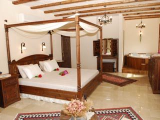 Mandarin Boutique Hotel: Guestroom with four-poster bed and jacuzzi