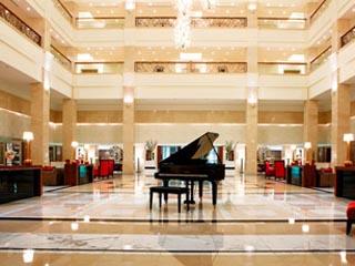 The Westin Dubai Mina Seyahi Beach Resort & Marina: Atrium in the wstin Dubai lobby