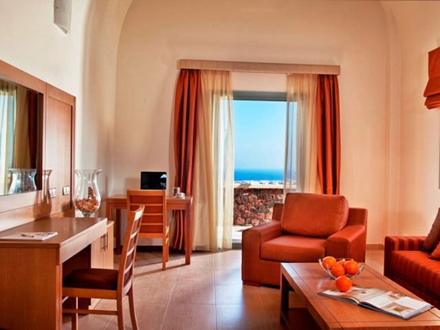 Astro Palace Hotel & Suites Santorini: Living Room