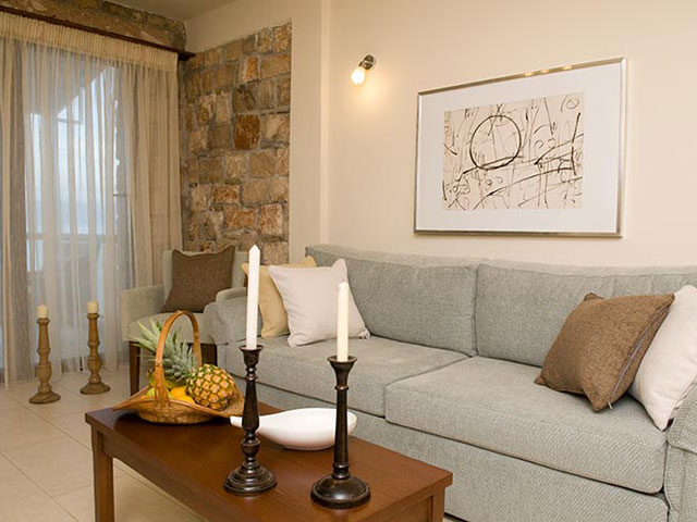 Enalio Suites: Living Room