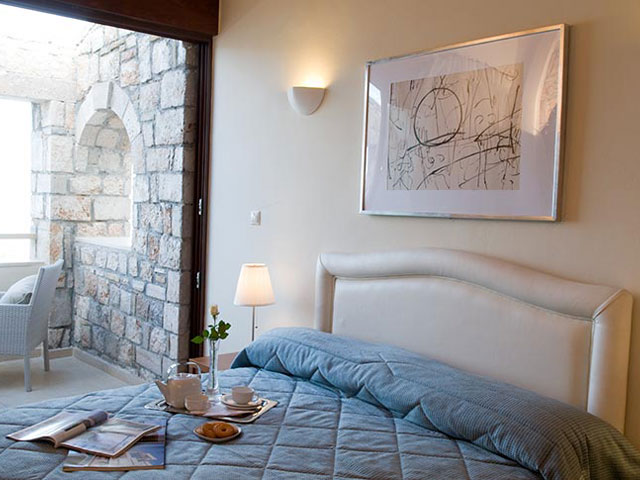 Enalio Suites: Bedroom