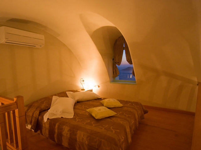 Santorini Luxury Villas: Honeymoon Luxury Villa- bedroom