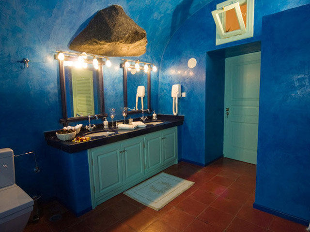Santorini Luxury Villas: Honeymoon Luxury Villa- bathroom