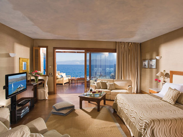 Elounda Beach Premium & Sports Club: Island Suite Bedroom On The Waters