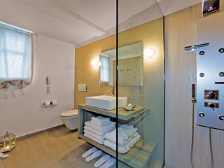 SunPrime Miramare Beach: Bathroom of waterfront villa