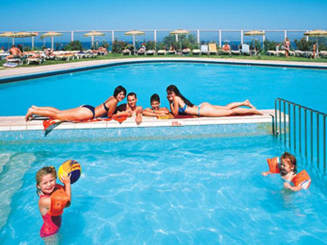 Belvedere Beach Hotel: Pool Area