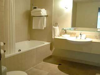Holiday Inn on FlindersSuite Bathroom