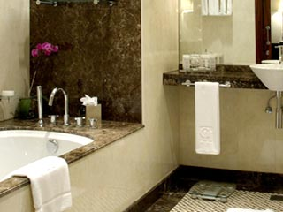 Grosvenor House West Marina Beach: Bathroom