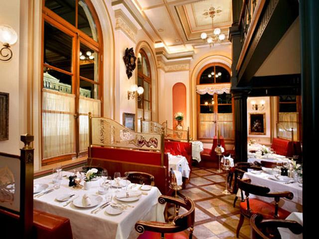 Grande Bretagne Hotel: Corner Restaurant - Ground Level