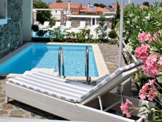 Ikies Small Elegant HousesSwimmining Pool