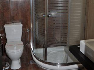 Amalias Hotel: Shower, 2 pax room