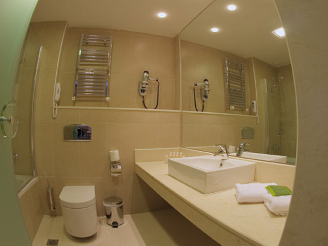 Elpida Resort & Spa: Bathroom